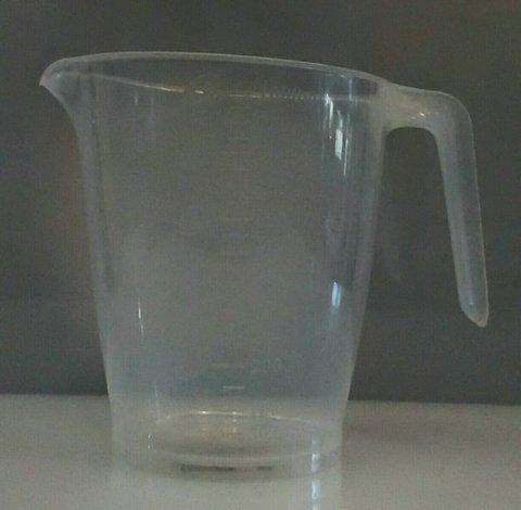 Мерная кружка пластиковая с носиком V1000 мл