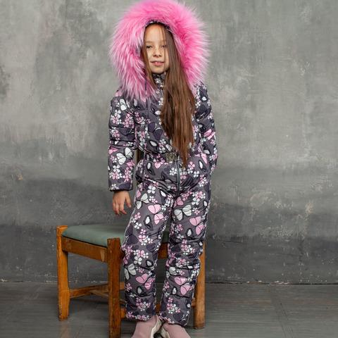 Дитячий зимовий комбінезон з принтом «Метелики» і опушкою з натурального хутра рожевого кольору