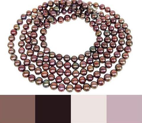 несколько примеров цветов одежды, с которой хорошо сочетаются эти бусы