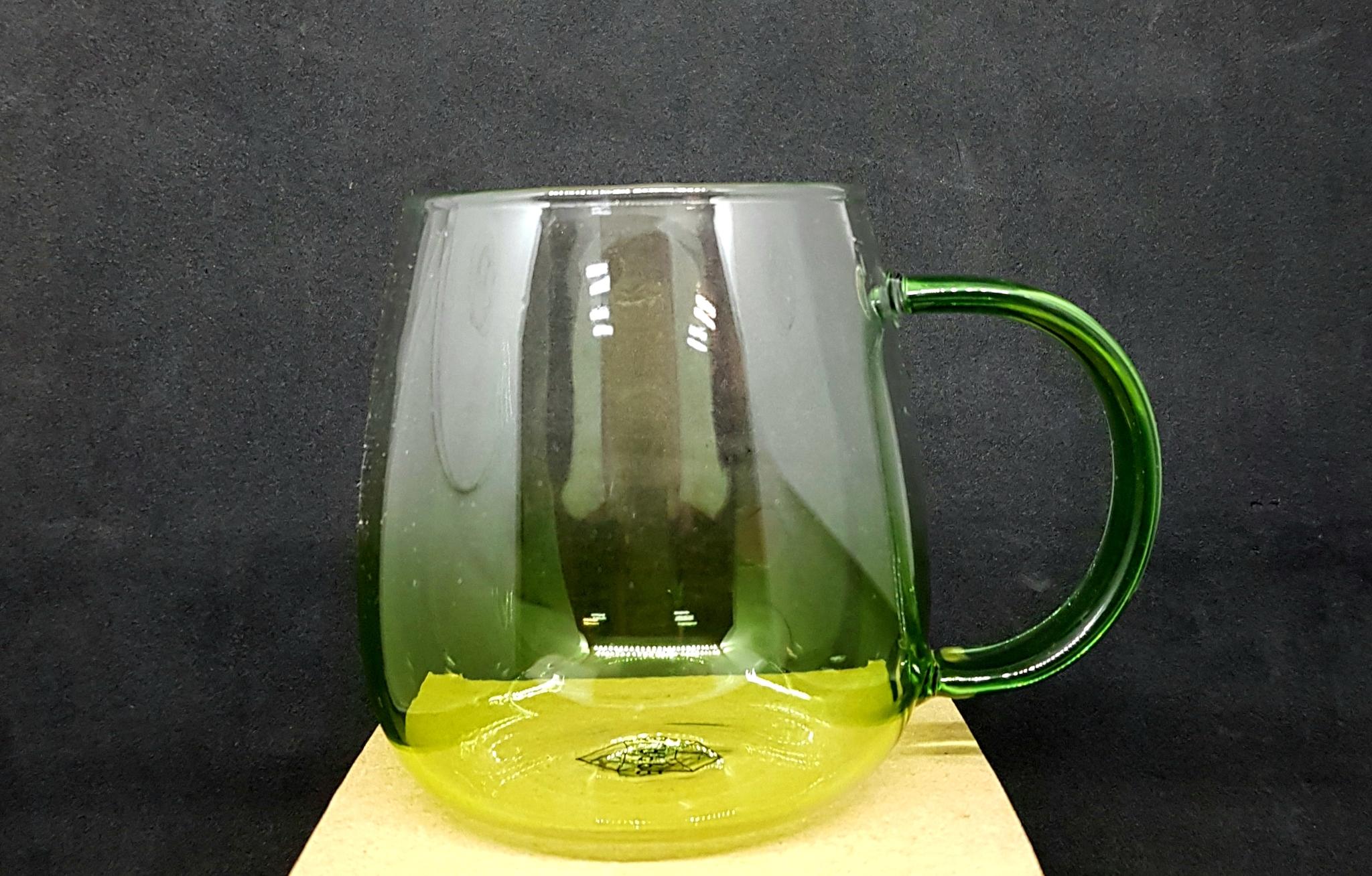 Уценка Чашка-кружка 380 мл Milan с зеленой ручкой, цветное стекло градиент зеленого цвета Teastar 20210330_150404.jpg