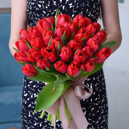 Купить букет 35 красных тюльпанов в Перми