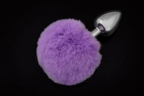Маленькая серебристая пробка с пушистым фиолетовым хвостиком