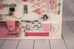 Доска Чудесная белого цвета с розовыми элементами.
