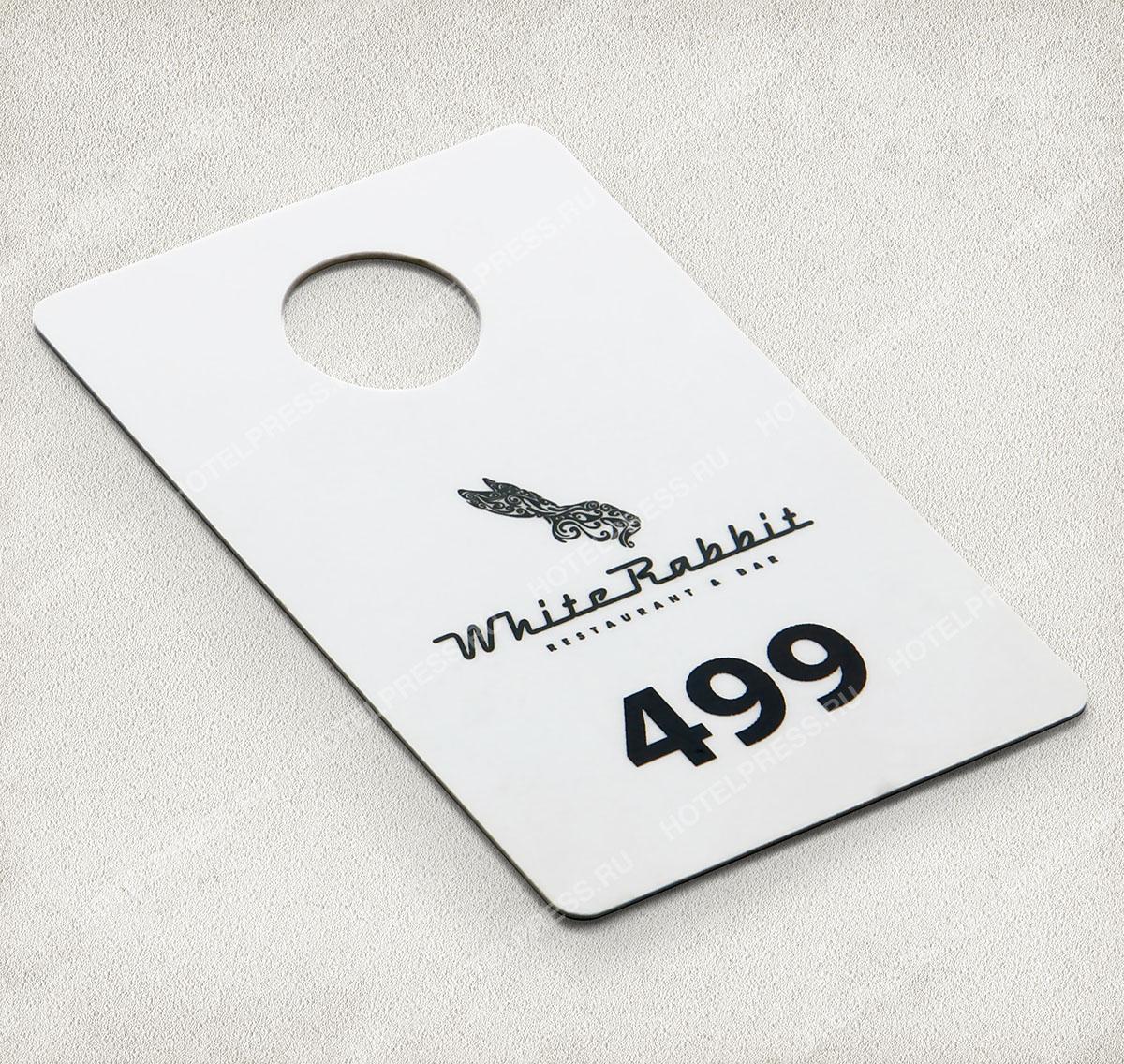 Номерок из пластик-карты с черно белой печатью