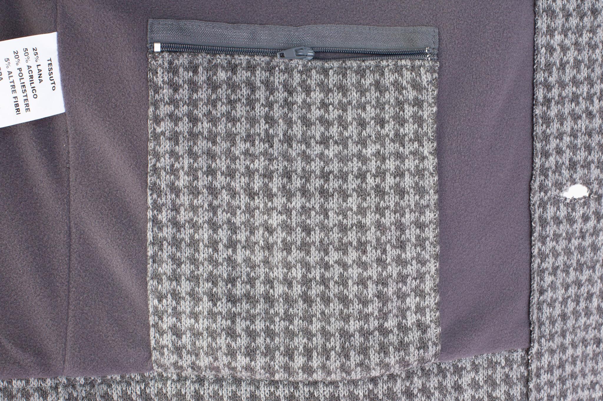 Лёгкая серая короткая куртка из смеси синтетики и шерсти с узором «гусиная лапка», внутренний карман