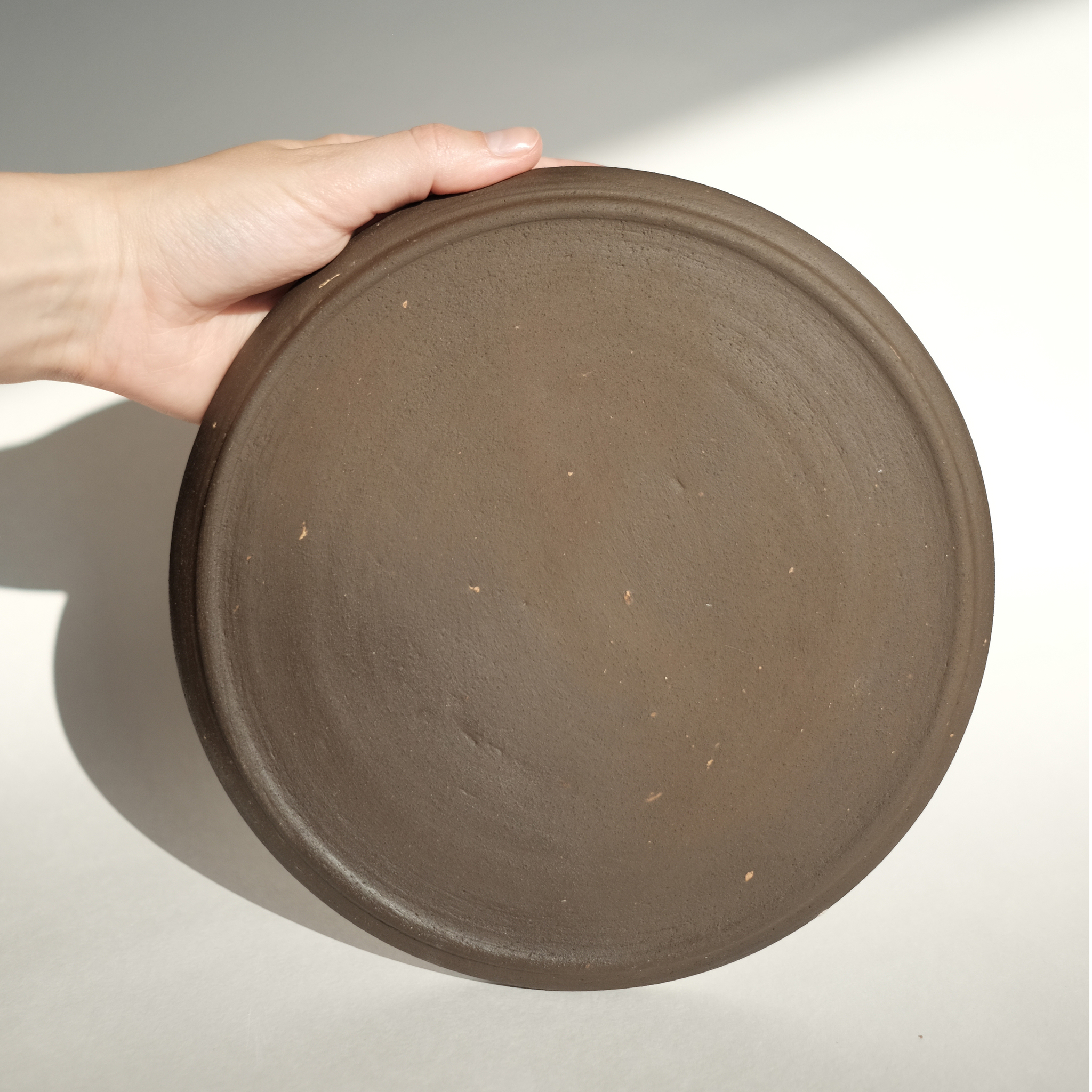 тарелка из черной немецкой глины сделанная вручную