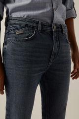 Серо-синие джинсы облегающего кроя