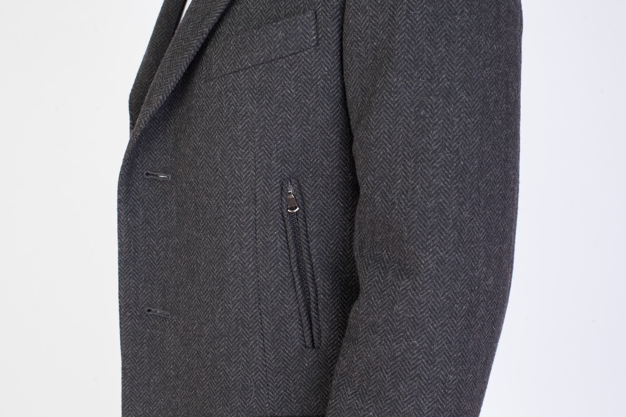 Тёмно-серое шерстяное пальто с узором «в ёлочку», накладной карман