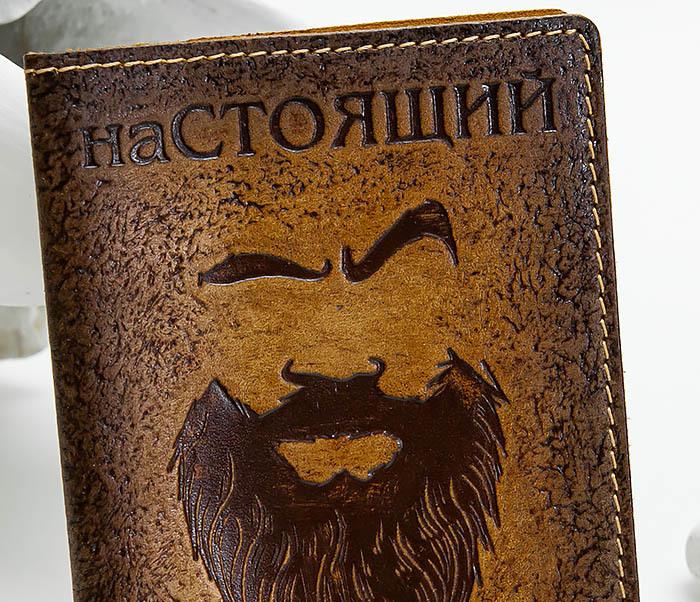 BY140211 Прикольная обложка на паспорт из кожи «Настоящий Мужик» фото 02