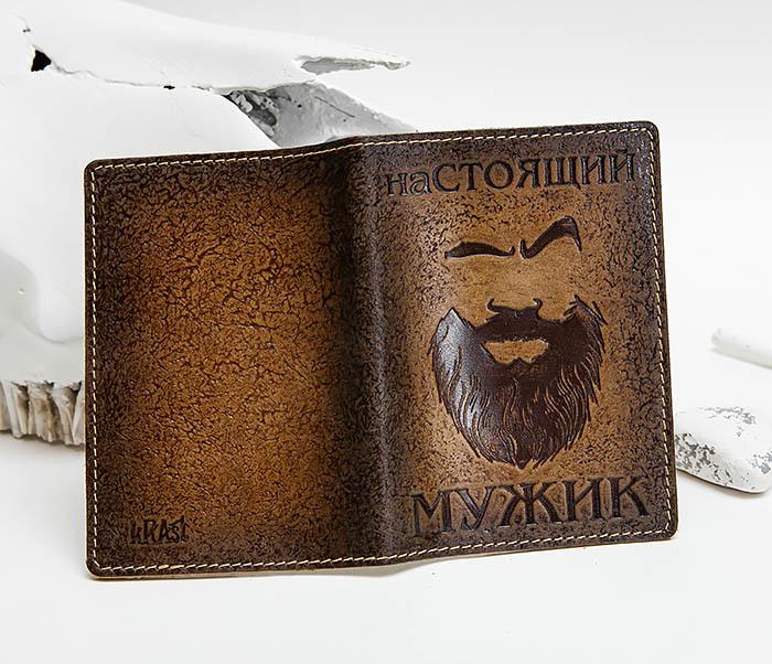 BY140211 Прикольная обложка на паспорт из кожи «Настоящий Мужик» фото 03