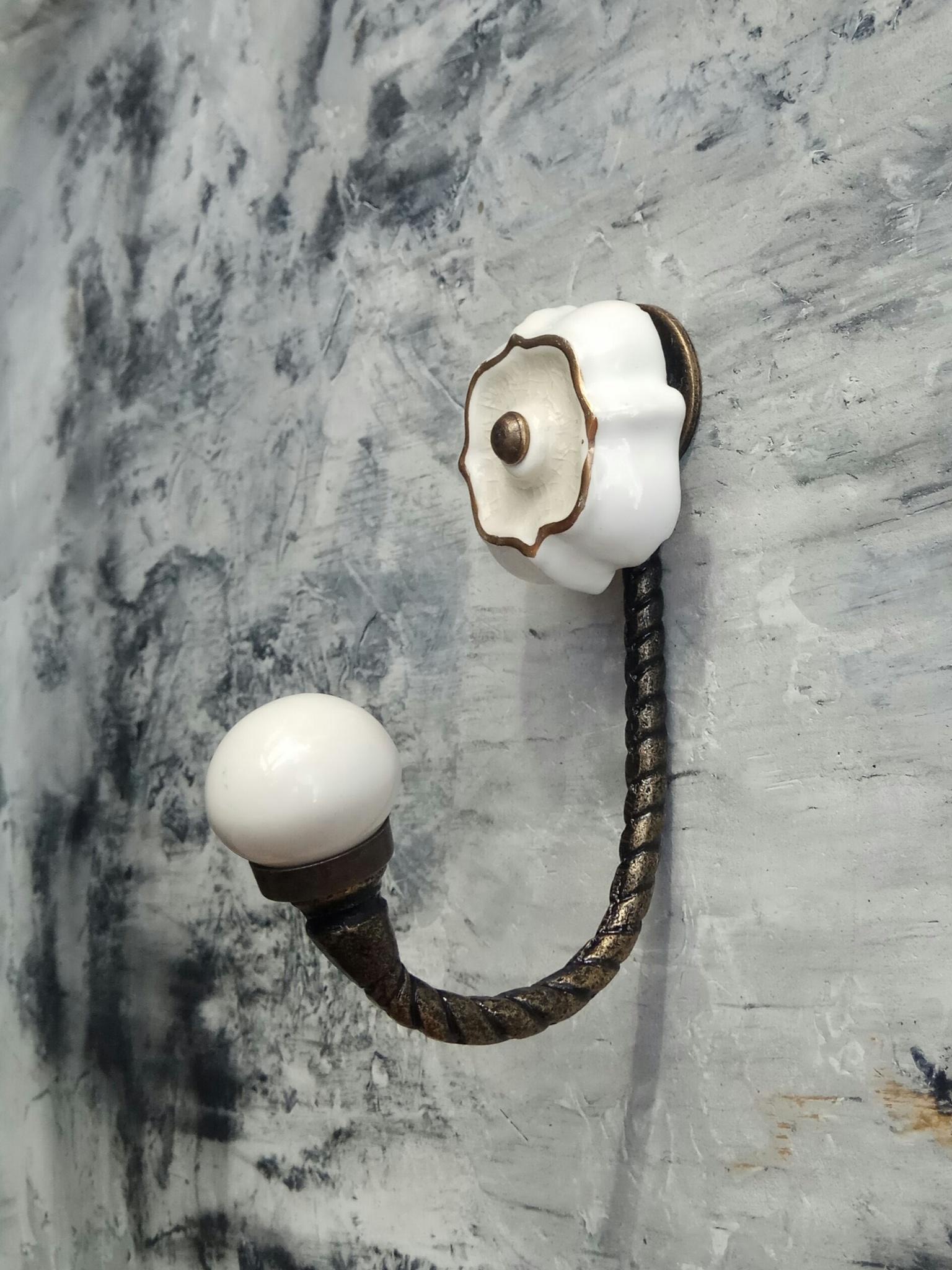 Крючок металлический,  с керамической вставкой кремового цвета,  антик