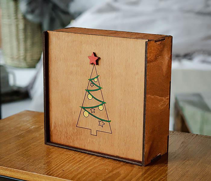 BOX247-2 Подарочная новогодняя коробка со звездой и елкой (17*17*7 см) фото 03