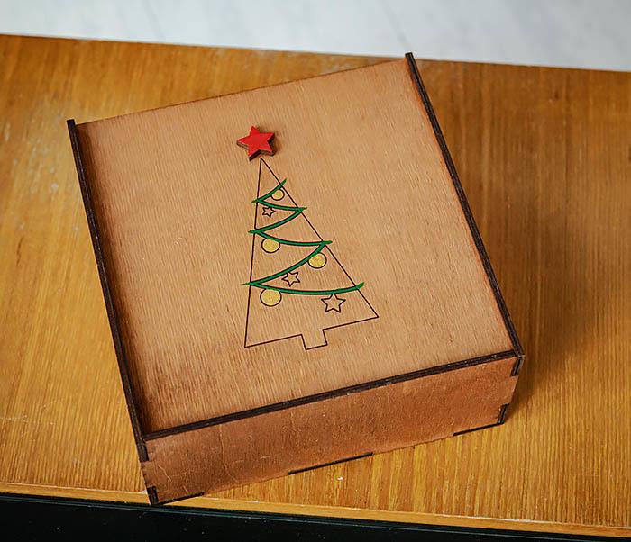 BOX247-2 Подарочная новогодняя коробка со звездой и елкой (17*17*7 см) фото 04