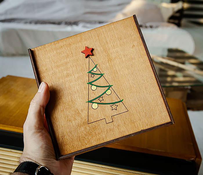 BOX247-2 Подарочная новогодняя коробка со звездой и елкой (17*17*7 см) фото 07
