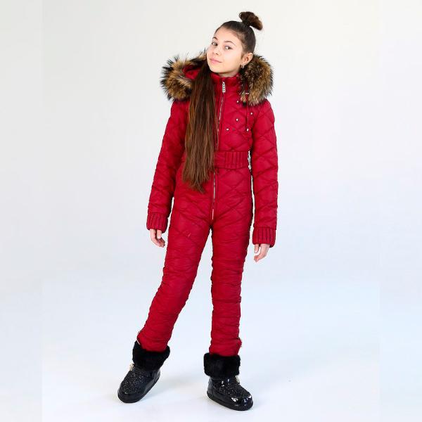 Подростковый однотонный зимний комбинезон бордового цвета и съемной опушкой из натурального меха