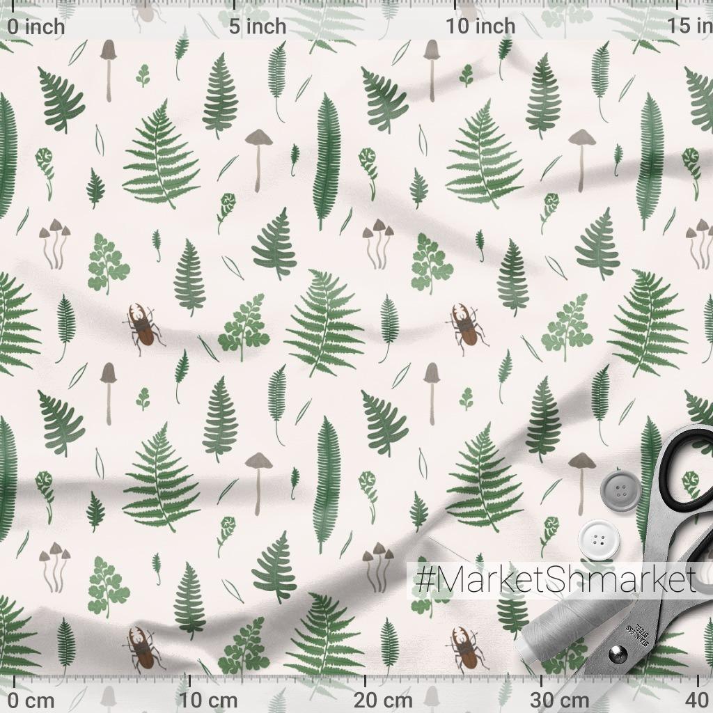 Листья папоротника, грибы и жуки на светлом фоне