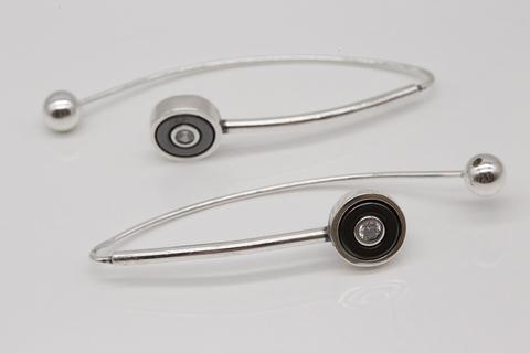Молодежные серьги из серебра с фианитами и гематитом СИ-А3071