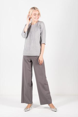 Фото трикотажный серый джемпер прямого силэута с цельнокроеными рукавами и двухцветным снудом - Джемпер В573-419 (1)