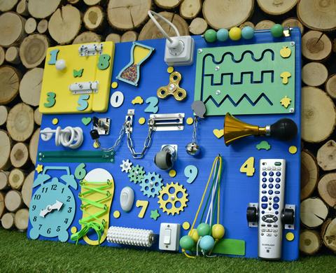 Бизиборд с синей основой 50х65 см и желто-мятными деталями