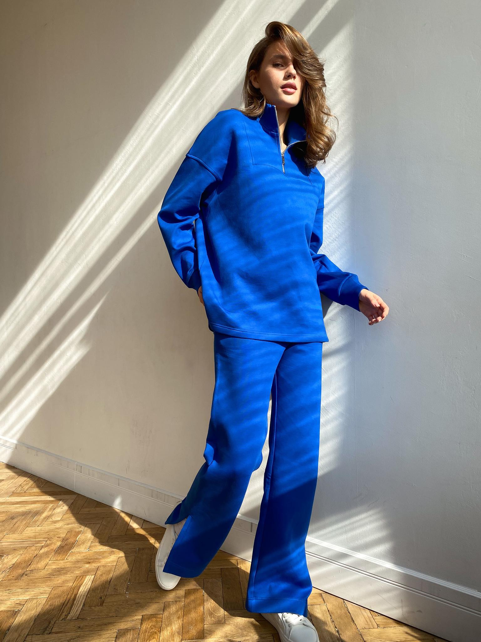 Костюм: Поло на молнии и брюки с разрезами по бокам (синий)