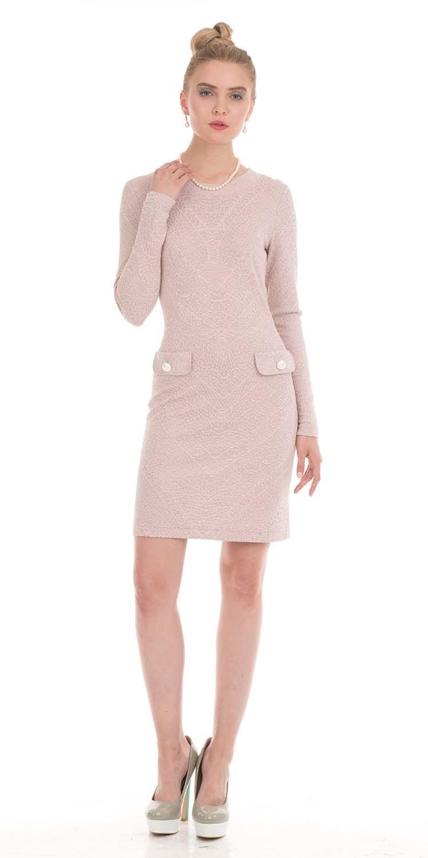 Платье З790-445 - Хотите выглядеть  модно и романтично? Роскошное решение - платье футляр в пудровом цвете. Словно утренний морозный рисунок украшает набивную фактуру этого платья. Аккуратные клапаны эмитируют  карманы и  в данном случае служат декоративным элементом. Туфли в схожей цветовой гамме будут беспроигрышным вариантом для создания романтического образа.