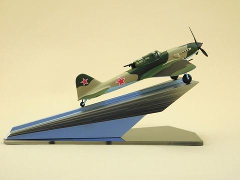 Модель самолета Ил-2 (М1:72, камуфляж, на постаменте)