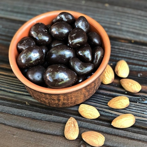Фотография Драже миндаль в темном шоколаде / 250 гр купить в магазине Афлора