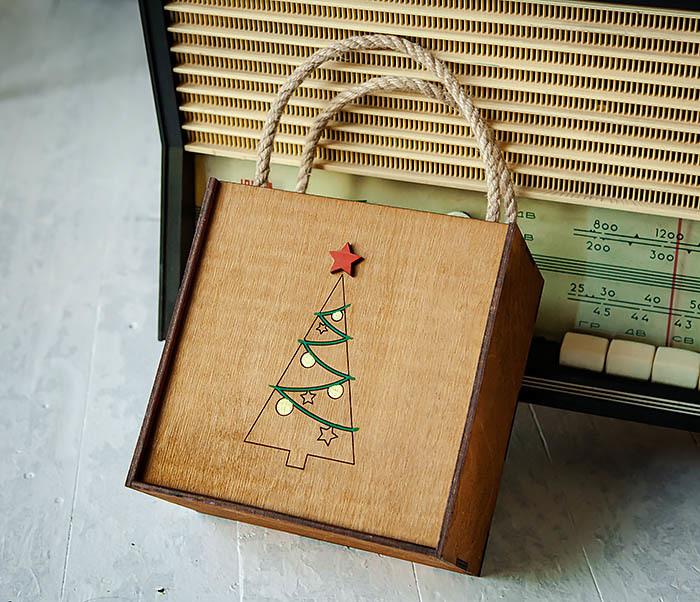 BOX246-2 Новогодняя коробка с ручками с елкой и звездой (17*17*10 см)