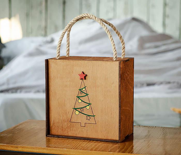 BOX246-2 Новогодняя коробка с ручками с елкой и звездой (17*17*10 см) фото 02