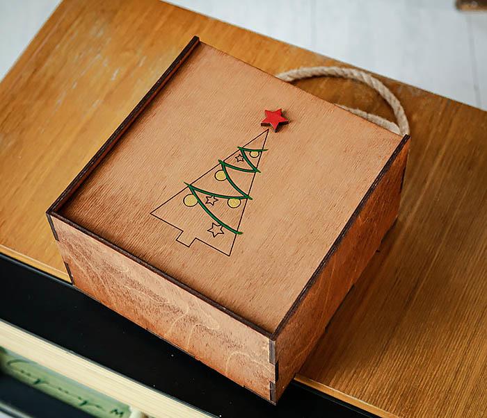 BOX246-2 Новогодняя коробка с ручками с елкой и звездой (17*17*10 см) фото 04
