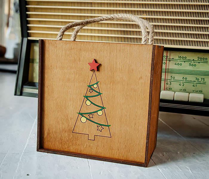 BOX246-2 Новогодняя коробка с ручками с елкой и звездой (17*17*10 см) фото 05