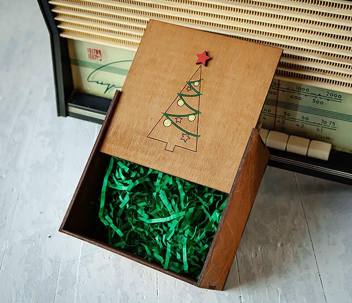 BOX246-2 Новогодняя коробка с ручками с елкой и звездой (17*17*10 см) фото 06