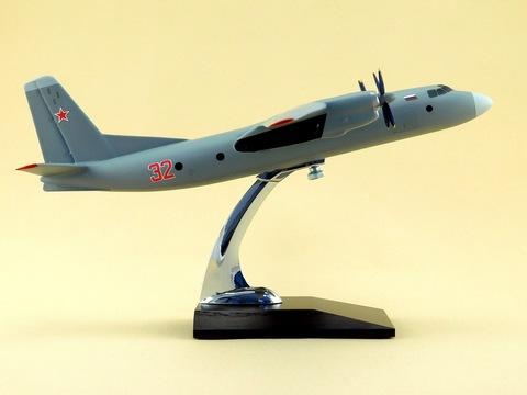 Модель самолета Ан-24 (М1:72, Серый)