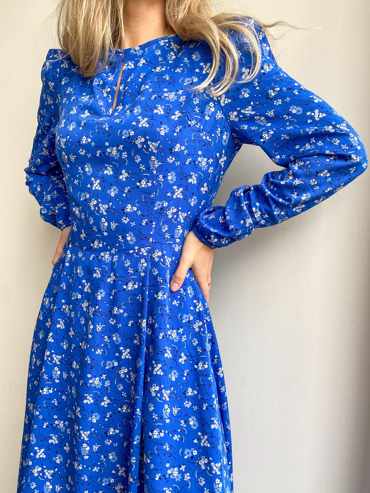 Платье с пышным рукавом и бантовой складкой на юбке (цветы на синем)