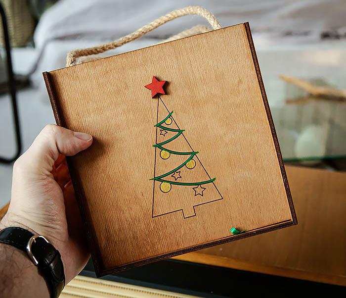 BOX246-2 Новогодняя коробка с ручками с елкой и звездой (17*17*10 см) фото 08