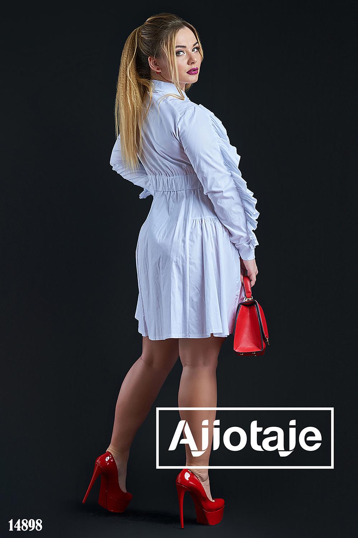 Платье белого цвета с объемной юбочкой
