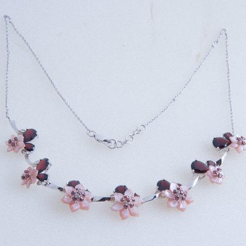Колье с цветами из розового перламутра и вставками из граната Арт.5097/7рпг