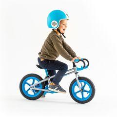 Беговел Chillafish Fixie ребенок в шлеме
