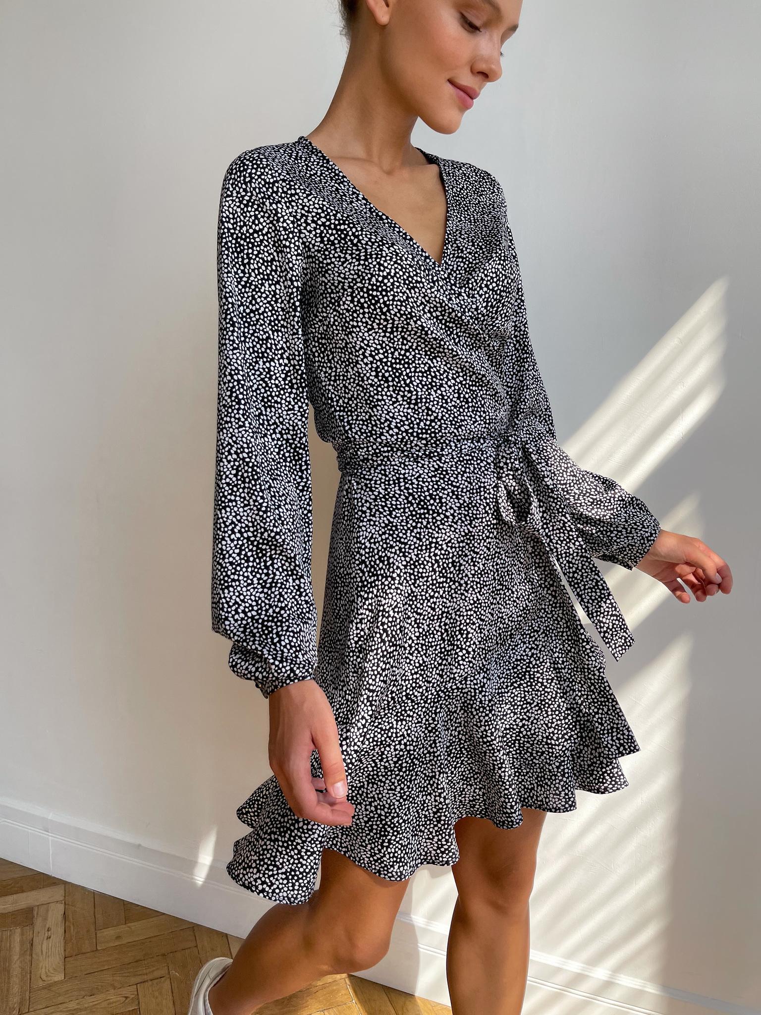 Платье мини на запах с длинным рукавом (пятна на черном)
