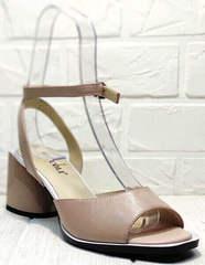Квадратные босоножки на каблуке с ремешком на щиколотке женские Brocoli B18900N-5454 Beige.