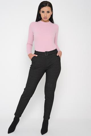 <p>Удобные брюки на каждый день. Модель удачно подходит для зимнего сезона!&nbsp; В заднюю часть пояса вставлена эластичная резина, обеспечивающая комфортное прилегание по талии. По переду втачной пояс с пряжкой. Длины: 42-95см; 44-96см; 46-97см; 48-98см; 50-99см.</p>
