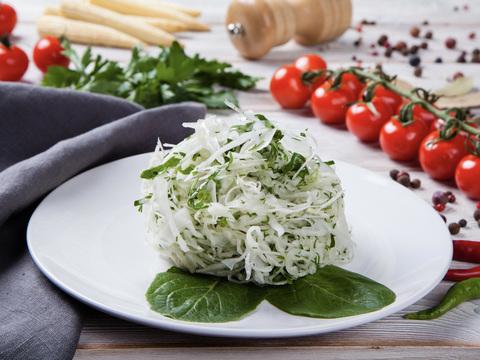 Салат из белокочанной капусты с зеленью