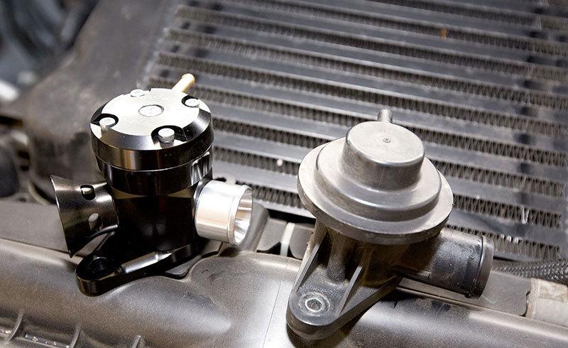 Наглядное сравнение стандартного байпас клапана с GFB Style TMS Respons BOV