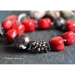 Браслет из крупного черного жемчуга барокко и красного коралла