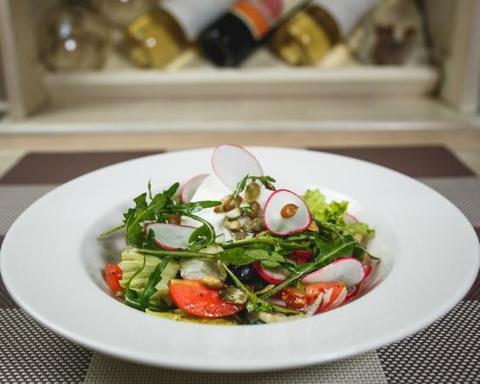 Салат из свежих овощей с тыквенными семечками