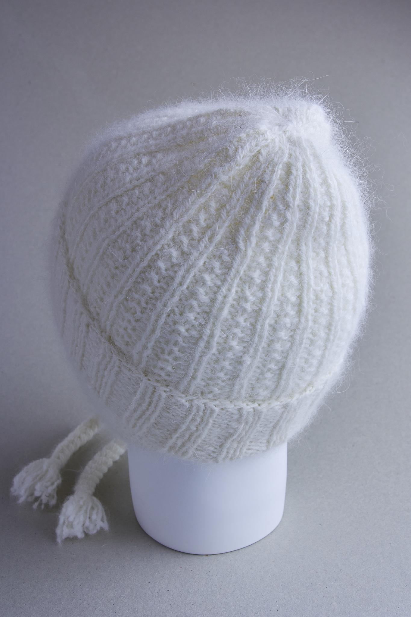 Детская вязаная шапка из белой ангоры