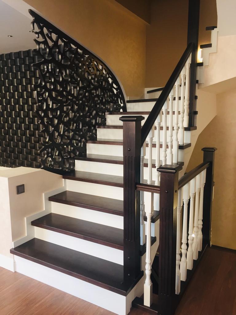 Отделка лестницы дубом+сосной №235