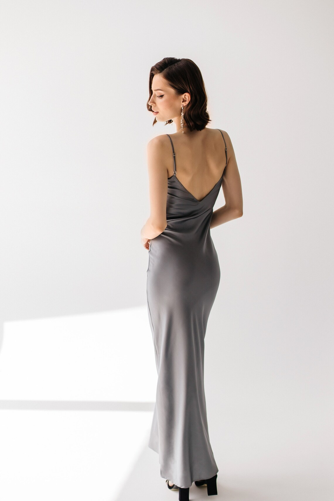 Длинное платье комбинация из натурального шелка серого цвета