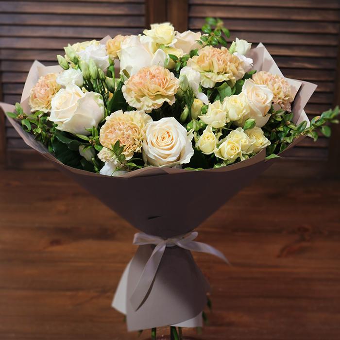 Купить красивый букет с розами лизиантусом гвоздикой КАРАМЕЛЬКА в Перми