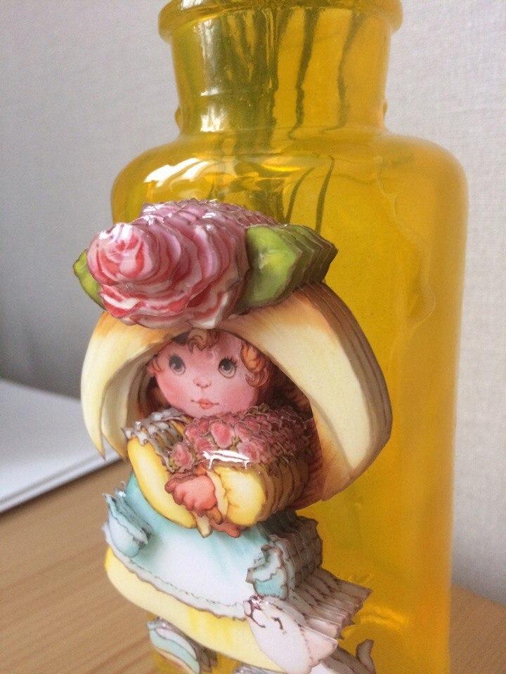 Папертоль Девочка с розами — пример оформленной декоративной вазы с этим сюжетом.